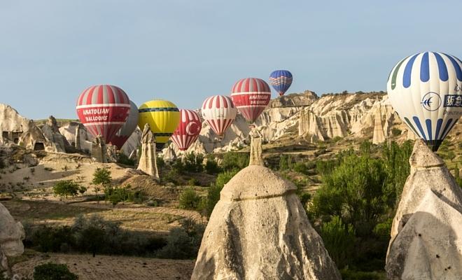 kapadokya balon turu peribacaları arasındaki balonlar